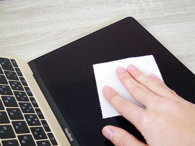 MacBookアンチグレアシート_クロスで画面を拭く