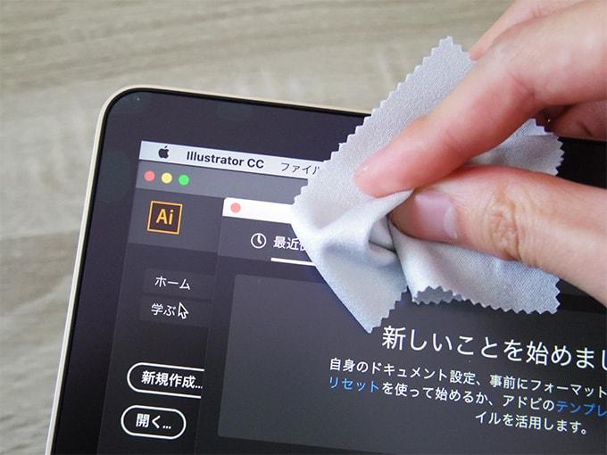 MacBookアンチグレアシート_空気を抜く