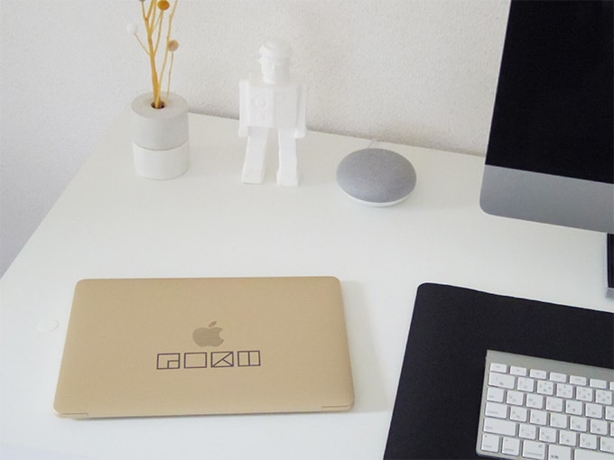 MacBook_カッティングシート_デスク上