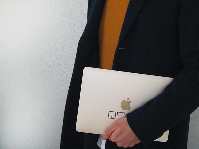 MacBook_カッティングシート_手で抱えて