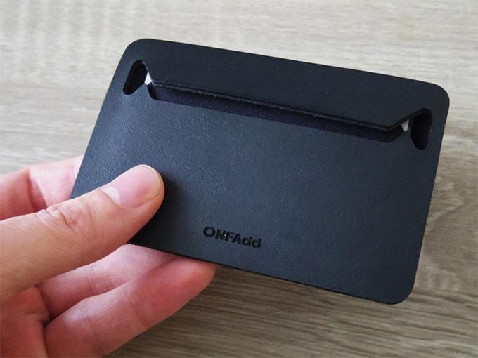 ONFAdd-FLAT-WALLET_カードと小銭を入れた状態(表面)