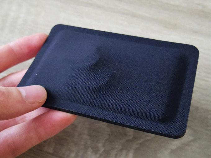 ONFAdd-FLAT-WALLET_カードと小銭を入れた状態(裏面)