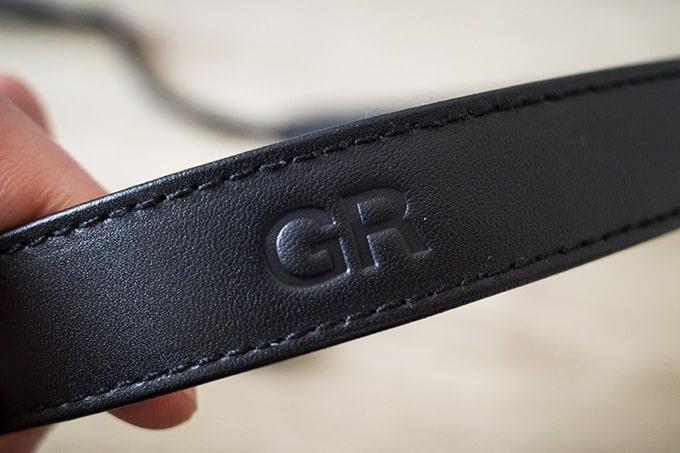 RICOH-GRIII(GR3)オプション品_純正ストラップのロゴと本革