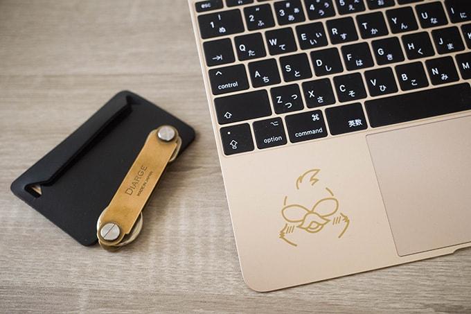 MacBook-12インチ_パームレストにカッティングシートを貼り付け