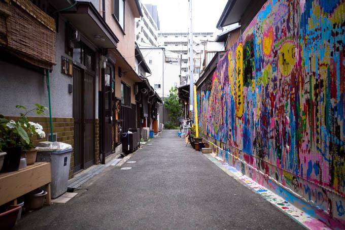 GRIII(GR3)中崎町フォトウォーク_カラフルな壁面との対比