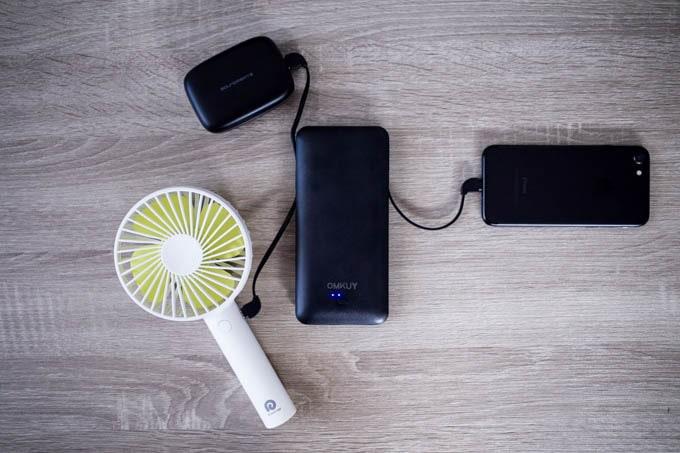 OMKUY-10000mAhモバイルバッテリー_3機器同時充電も可能