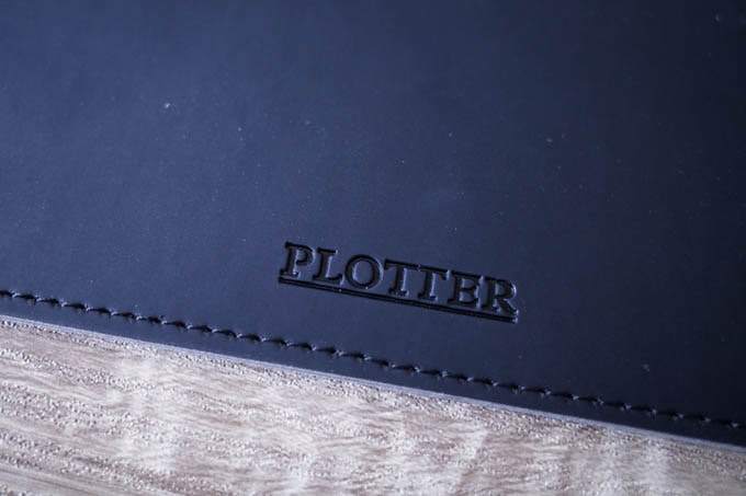 PLOTTER(プロッター)スリーブケースA4_裏面下部ロゴ
