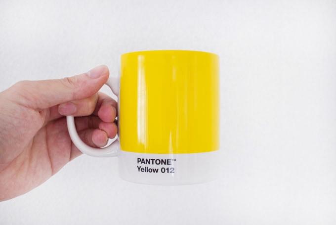 PANTON(パントン)マグカップ_マグカップを手で持つ