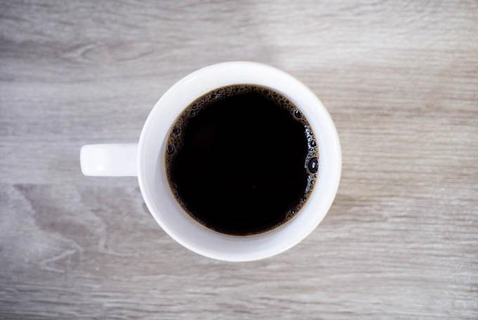 PANTON(パントン)マグカップ_コーヒーを入れる