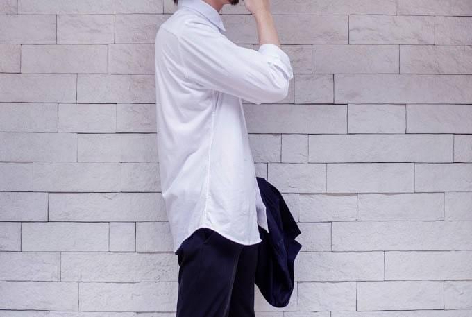 ユニクロ イージーケアジャージーシャツ_横からの着用写真