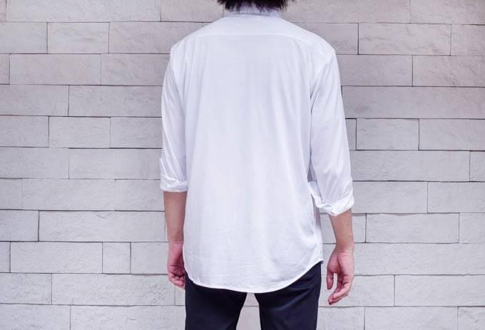 ユニクロ イージーケアジャージーシャツ_後ろからの着用写真