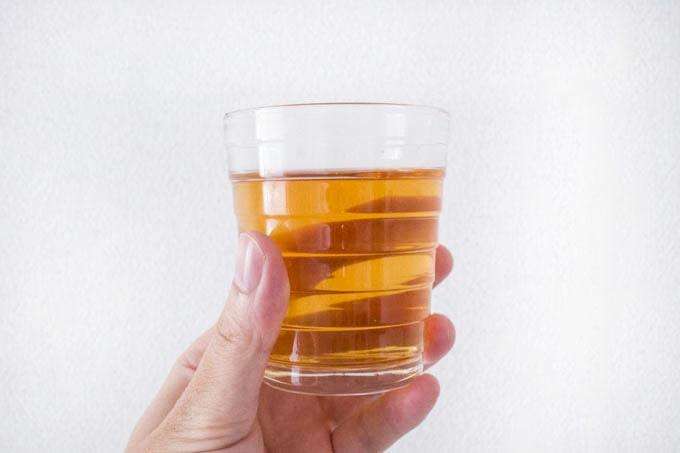 ムレスナティー_紅茶をグラスに入れる01