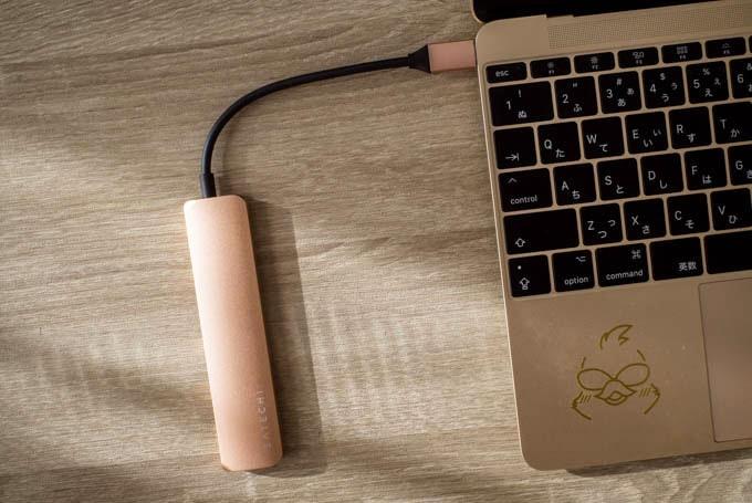 Satechi-V2スリムマルチ-USBハブ_MacBookと接続