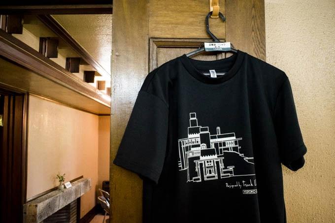 ヨドコウ迎賓館Tシャツ_売店で吊るされた状態