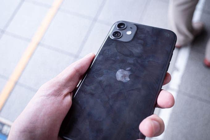 無印iPhone11ブラック_指紋は目立つ