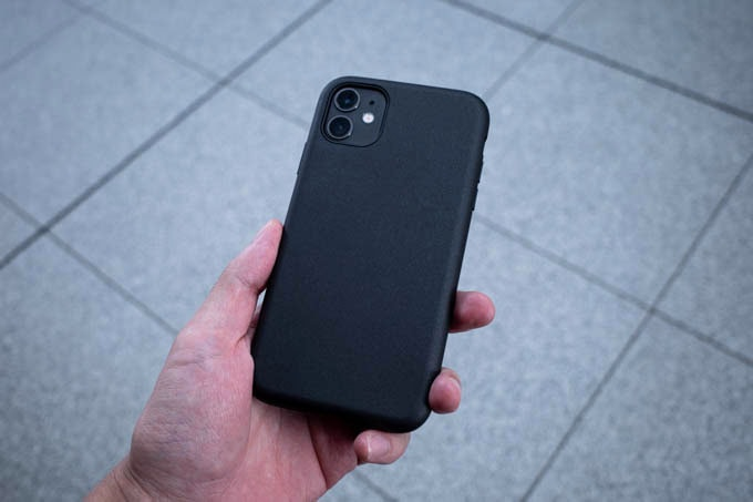 Smooth Touch Hybrid Case for iPhone11_手で持つ