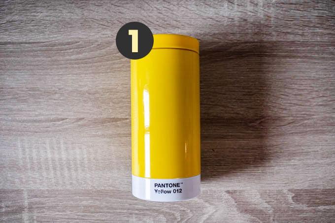 デザイナーのカバンの中身_PANTONEの水筒