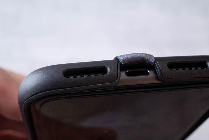 Highloop(ハイループ)フォンストラップ_貼り付け後の充電口周辺