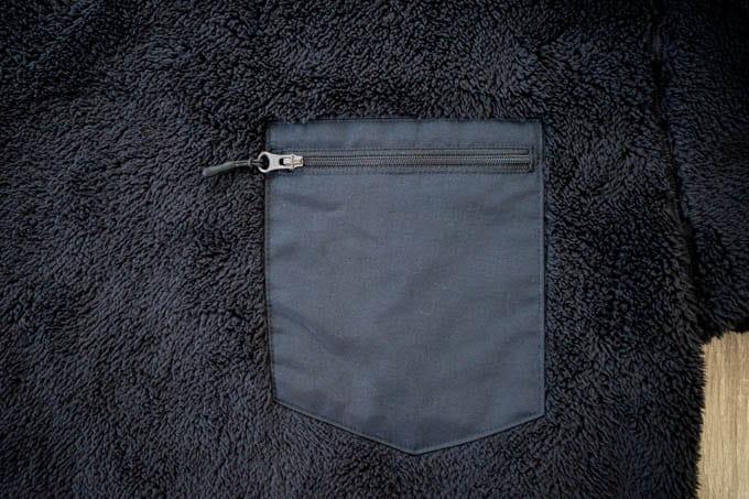 ユニクロ&エンジニアドガーメンツ-フリースプルオーバー_胸ポケット部分