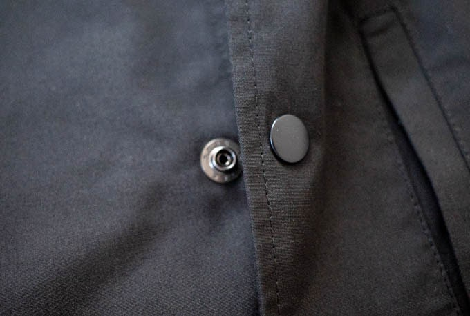 GUロングコーチジャケット_スナップボタン