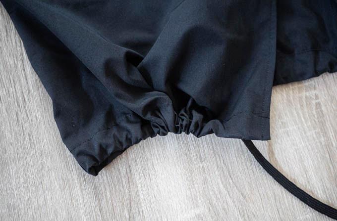 GUロングコーチジャケット_絞った状態の裾