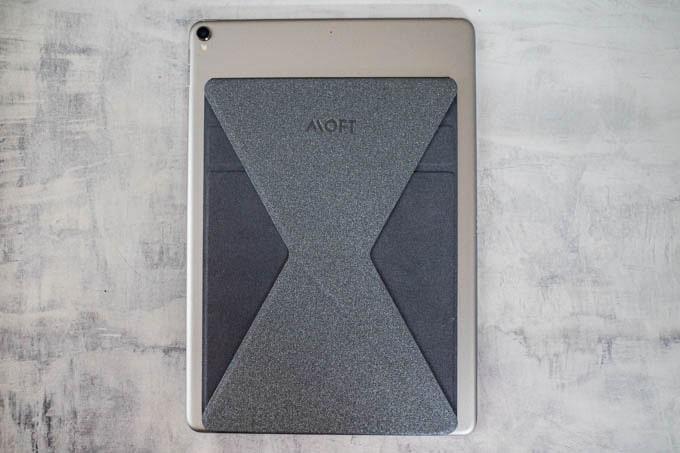 MOFT X(モフトエックス)_タブレット用を貼り付けた状態