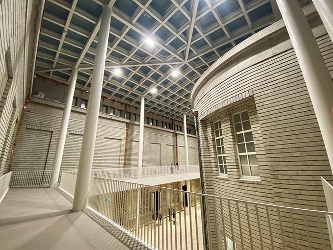 京都市京セラ美術館_レンガ調展示室(広角撮影1)