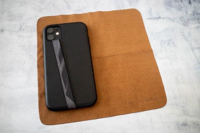 セーム革クリーニングクロス_iPhone11とサイズ比較