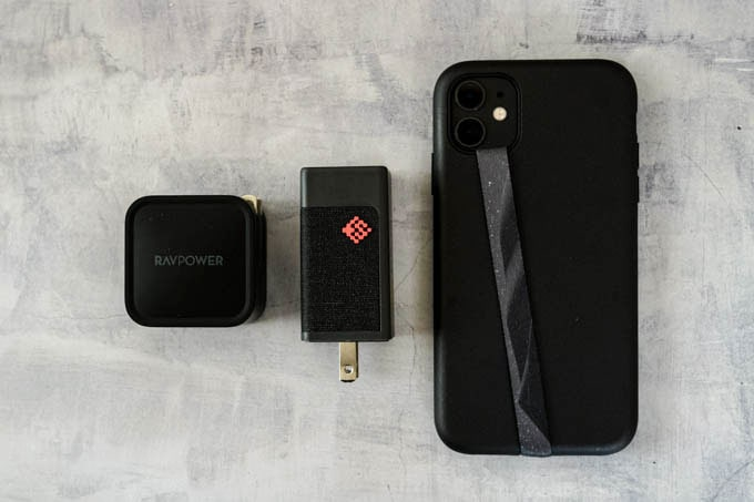 SlimQ-65W-PD充電器_iPhone11と他メーカー充電器とのサイズ比較