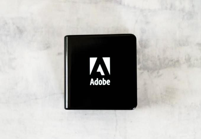 Adobe(アドビ)ノベルティグッズ_充電器