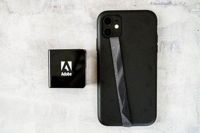 Adobe(アドビ)ノベルティグッズ_充電器とiPhone11のサイズ比較