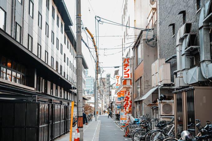 SIGMAfpティールオレンジin京都_路地のパチンコ屋