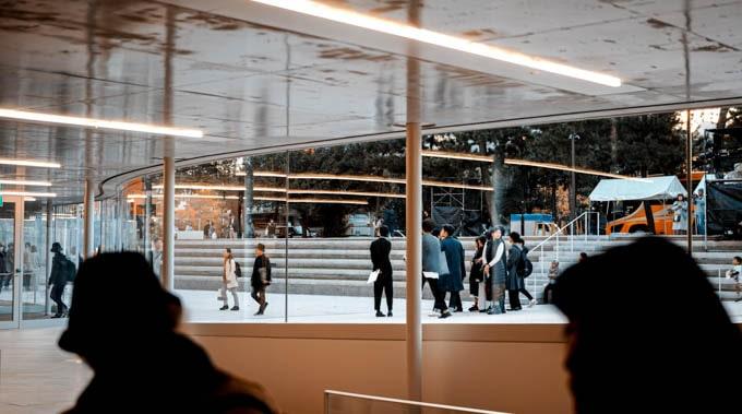 京都市京セラ美術館_入り口から外を見る