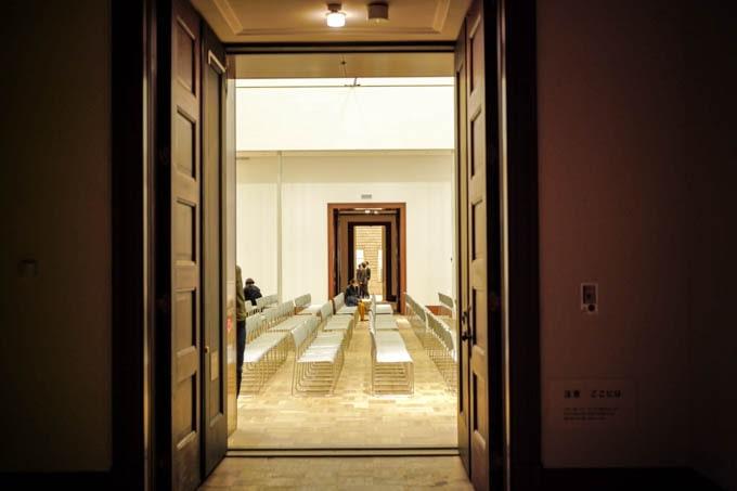 京都市京セラ美術館_展示室からホールを眺める