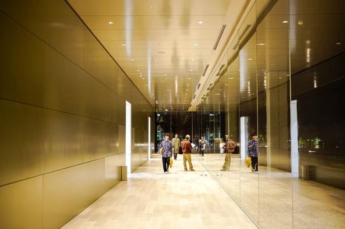 京都市京セラ美術館_ガラス張りの廊下