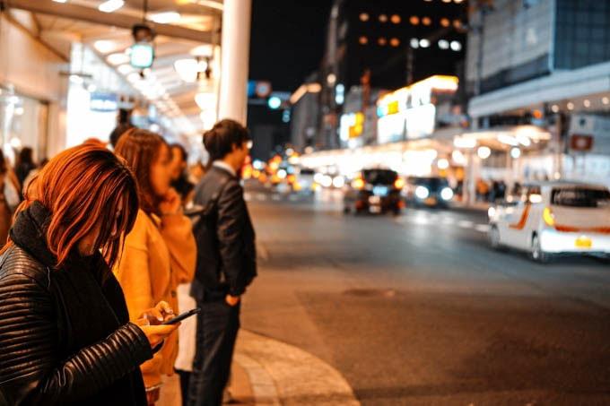 SIGMAfpティールオレンジin京都_女性と道路