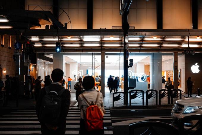 SIGMAfpティールオレンジin京都_夜のアップルストア
