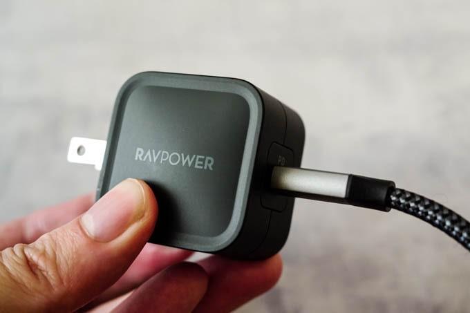 RAVPOWER_RP-PC120_充電ケーブルを挿した状態