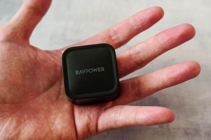 RAVPOWER_RP-PC120_手のひらに収まるサイズ
