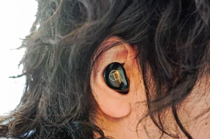 TRN-T200-ワイヤレスイヤホン_耳につけた状態