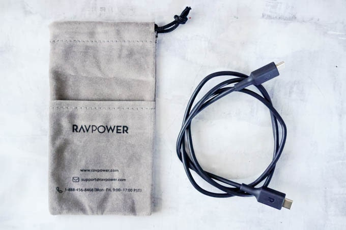 RAVPOWER(ラブパワー)_RP-PB186モバイルバッテリー_付属品のポーチとケーブル