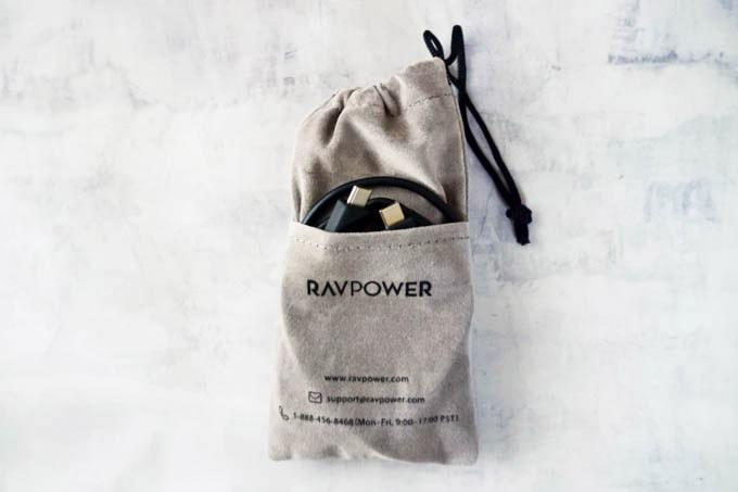 RAVPOWER(ラブパワー)_RP-PB186モバイルバッテリー_付属ポーチに入れた状態