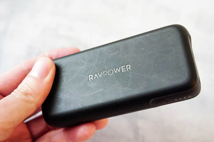 RAVPOWER(ラブパワー)_RP-PB186モバイルバッテリー_表面のマット処理とキズ