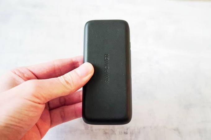 RAVPOWER(ラブパワー)_RP-PB186モバイルバッテリー_手で持った状態