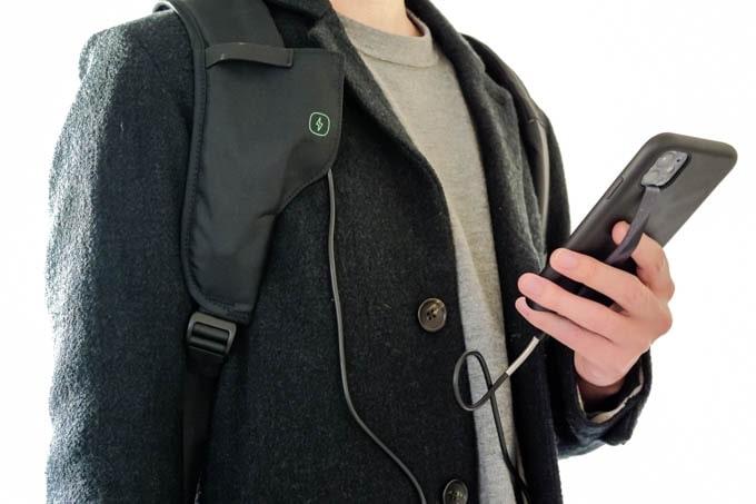 ClickPackX(クリックパックエックス)_ショルダーストラップ充電機能の使用イメージ2