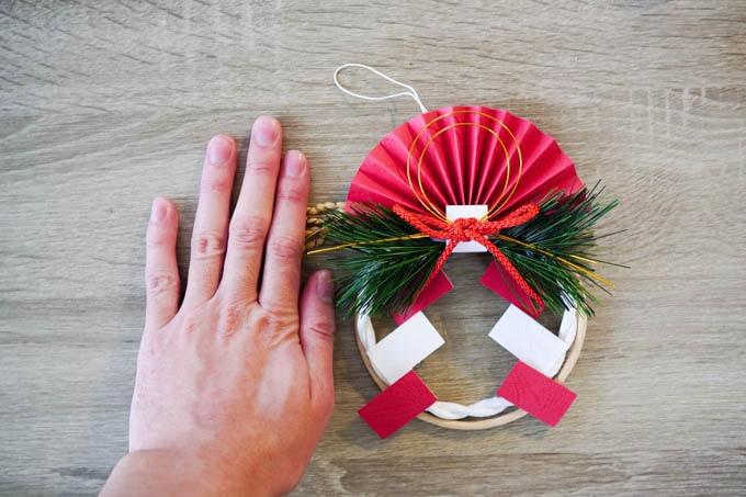 無印良品-正月飾り_手とサイズ比較