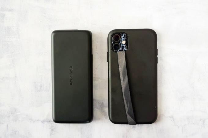 RAVPOWER_PR-PB201モバイルバッテリー_iPhone11とのサイズ比較