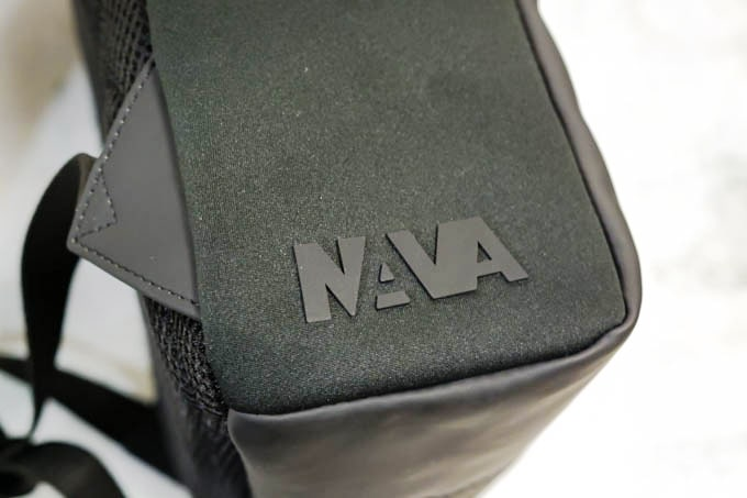 NAVA_FLAT SMALL ORGANIZED BACKPACK_側面ロゴ