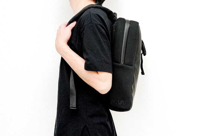 NAVA_FLAT SMALL ORGANIZED BACKPACK_使用イメージ(側面)
