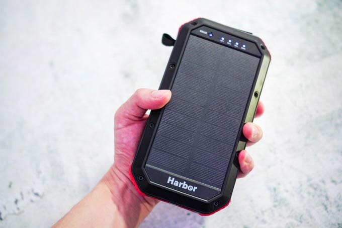 Harbor多機能モバイルバッテリー_手とのサイズ比較